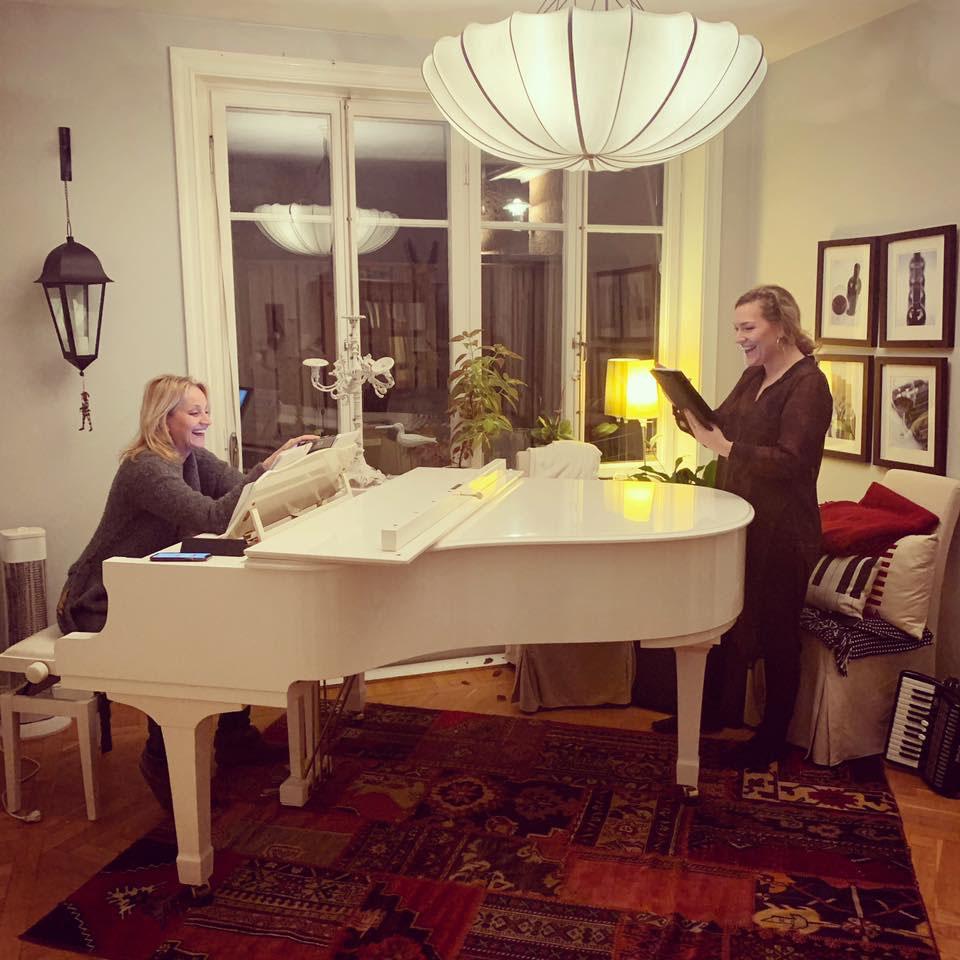 Carina E. Nilsson & Jessica Berge repeterar inför 2020 års vårturné.