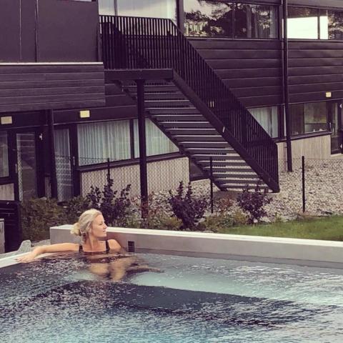 Emmi Christensson kopplar av på spa i Östersund
