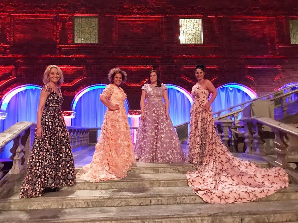 Carina E. Nilsson, Laila Adèle, Viktoria Tocca & Malena Tuvung visar upp sina fantastiska klänningar designade av Frida Jonsvens.