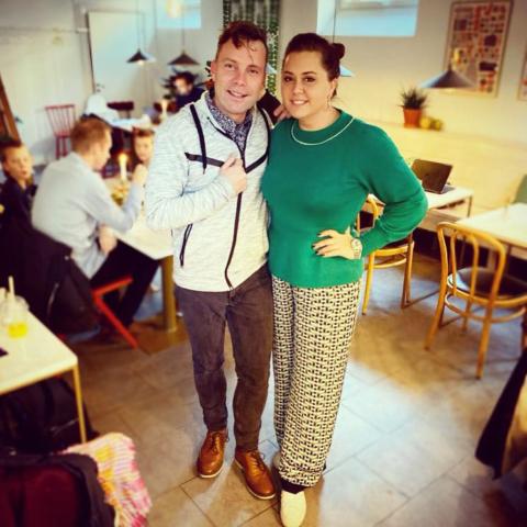 Viktoria Tocca på besök hos P4 Stockholm för intervju.