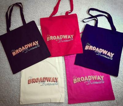 Tygpåse med Från Broadway till Duvemåla-tryck