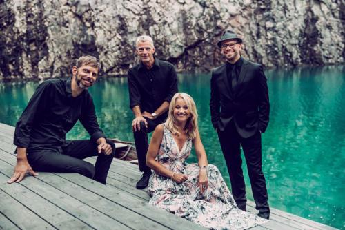 Orkester: (fr.v.): Magnus Josephson (gitarr), Fredrik Bergström (trummor), Carina E. Nilsson (kapellmästare) och Magnus Eugenson (el- & kontrabas) |Foto: Kitty Lingmerth